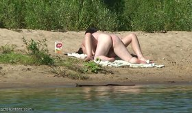 Amateur couple decides to get frisky on a deserted beach